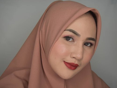 "<div class=""photoCaption"">Tatapan wanita pelaker yang butuh naik gaji. *pelaker perebut lapangan kerja 🙈<br /> <br /> Btw ni aku pake lipstik terbaru dari @rubienabeauty . Dan nyicipin palette Juvias Place yang baru beli di @hype.batb pas Juvias diskon kemaren 😆<br /> <br /> Tungguin reviewnya ya bebquuuw 😘😘❤❤ Make Up Details:<br /> 👩Complexion<br /> @peripera_official Peripera Airy Ink Cushion 02 Beige<br /> @wardahbeauty compact powder (lupa serinya) <br /> @makeoverid Blush on Palette<br /> @sleekmakeup Highlighter<br /> 👁 Eyes<br /> @juviasplace Saharan Palette in Zoya+Fula<br /> @bunnylashes_id Bluebell<br /> @maxfactorindonesia<br /> Eyeliner<br /> 💄Lips<br /> @rubienabeauty Lip n Cheek Cream<br /> <br />  <a class=""pink-url"" target=""_blank"" href=""http://m.clozette.co.id/search/query?term=fotdibb&siteseach=Submit"">#fotdibb</a>  <a class=""pink-url"" target=""_blank"" href=""http://m.clozette.co.id/search/query?term=bbloggerid&siteseach=Submit"">#bbloggerid</a>  <a class=""pink-url"" target=""_blank"" href=""http://m.clozette.co.id/search/query?term=indobeautygram&siteseach=Submit"">#indobeautygram</a>  <a class=""pink-url"" target=""_blank"" href=""http://m.clozette.co.id/search/query?term=clozetteid&siteseach=Submit"">#clozetteid</a>  <a class=""pink-url"" target=""_blank"" href=""http://m.clozette.co.id/search/query?term=fdbeauty&siteseach=Submit"">#fdbeauty</a>  <a class=""pink-url"" target=""_blank"" href=""http://m.clozette.co.id/search/query?term=indonesianbeautyblogger&siteseach=Submit"">#indonesianbeautyblogger</a>  <a class=""pink-url"" target=""_blank"" href=""http://m.clozette.co.id/search/query?term=BPers&siteseach=Submit"">#BPers</a>  <a class=""pink-url"" target=""_blank"" href=""http://m.clozette.co.id/search/query?term=bloggerceriaID&siteseach=Submit"">#bloggerceriaID</a>  <a class=""pink-url"" target=""_blank"" href=""http://m.clozette.co.id/search/query?term=bloggerceria&siteseach=Submit"">#bloggerceria</a>  <a class=""pink-url"" target=""_blank"" href=""http://m.clozette.co.id/search/query?term=bloggerperempuan&siteseach=Submit"">#bloggerperempuan</a>  <a class=""pink-url"" target=""_blank"" href=""http://m.clozette.co.id/search/query?term=fotdibb&siteseach=Submit"">#fotdibb</a>  <a class=""pink-url"" target=""_blank"" href=""http://m.clozette.co.id/search/query?term=indonesianfemaleblogger&siteseach=Submit"">#indonesianfemaleblogger</a>  <a class=""pink-url"" target=""_blank"" href=""http://m.clozette.co.id/search/query?term=beautybloggerID&siteseach=Submit"">#beautybloggerID</a>  <a class=""pink-url"" target=""_blank"" href=""http://m.clozette.co.id/search/query?term=bblogger&siteseach=Submit"">#bblogger</a>  <a class=""pink-url"" target=""_blank"" href=""http://m.clozette.co.id/search/query?term=bloggerjakarta&siteseach=Submit"">#bloggerjakarta</a>  <a class=""pink-url"" target=""_blank"" href=""http://m.clozette.co.id/search/query?term=femalebeautyblogger&siteseach=Submit"">#femalebeautyblogger</a>  <a class=""pink-url"" target=""_blank"" href=""http://m.clozette.co.id/search/query?term=indonesianfemalebloggers&siteseach=Submit"">#indonesianfemalebloggers</a>  <a class=""pink-url"" target=""_blank"" href=""http://m.clozette.co.id/search/query?term=hijabblogger&siteseach=Submit"">#hijabblogger</a>  <a class=""pink-url"" target=""_blank"" href=""http://m.clozette.co.id/search/query?term=hijabblog&siteseach=Submit"">#hijabblog</a>  <a class=""pink-url"" target=""_blank"" href=""http://m.clozette.co.id/search/query?term=bloggerhijab&siteseach=Submit"">#bloggerhijab</a>  <a class=""pink-url"" target=""_blank"" href=""http://m.clozette.co.id/search/query?term=hijabstyle&siteseach=Submit"">#hijabstyle</a></div>"