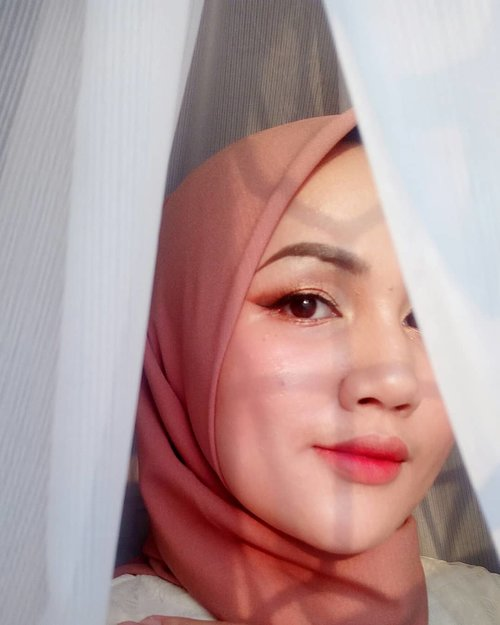 Ceritanya mau pamer punya virtrase baru~ Plus udah lama gak mainan makeup, yaudah yuk cuss mainan make up lagi.  All make up lokal gaes!  Make Up Details: 👩Complexion @roseallday.co Foundation @wardahbeauty Compact Powder @makeoverid Palette Blush 👁 Eyes @inezcosmetics Palette in Venice @wardahbeauty EyeXpert Eyeliner 💄Lips @rubienabeauty Lipcream  #fotdibb #bbloggerid #indobeautygram #clozetteid #fdbeauty #indobeautyblogger #indonesianbeautyblogger #BPers #Beautiesquad #bloggerceriaID #bloggerceria #bloggerperempuan #fotdibb #indonesianfemaleblogger #beautybloggerID #bblogger #bloggerjakarta #femalebeautyblogger #indonesianfemalebloggers #hijabblogger #hijabblog #bloggerhijab #hijabstyle #hijaboutfit #hijabclubindo  @indobeautyblogger @bloggerperempuan @femalebloggersid @bloggerceriaid