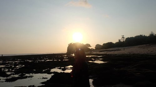 #TimSunset karena kalo #TimSunrise harus effort bangun paginya😂🤣 Who's with me?.........#clozetteid #ifatraveldiary #sunset #visitmalang #exploremalangbeach #exploremalang #ngudelbeach #ngudelbeachmalang #ggrep