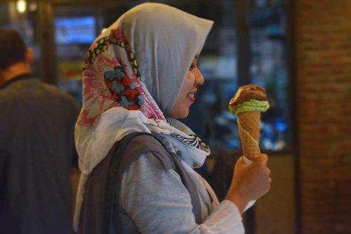 Morning greetings from ice cream! Di foto ini, aku pesan yg rasa mint & coklat. Endeus pastinya👌👌 Lokasinya di @il.tempo.gelato @tempogelato kalau kamu pesan yg scoop kaya aku, harganya 25k. Btw Tempo Gelato punya 2 cabang nih, di Jakal (Kaliurang) & Prawirotaman.  Kalau kamu #visitjogja & #explorejogja jangan lupa mampir ke sini. Tempatnya rame terus tapi homy. Asyiknya sih nongki-nongki cantik malem2 di sini. Btw kamu bisa icip2 dulu kok es krimnya sebelum beli🍦🍦🍦 #ggrep #ifafoodjourney #clozetteid