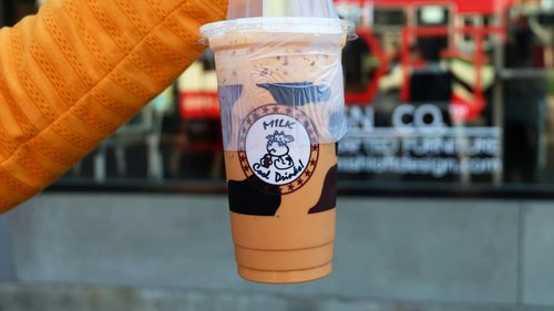 "Best thai tea & matcha I've ever bought!! 💛💚🍵 Penampilan boleh pinggiran, rasa ngga mengecewakan.Dan 20 baht aja aka 8rebuan! Harga endolita, rasa super maknyos, bahkan wanginya kerasa sampai pas diminum. Pelepas dahaga di kala panas & haus mendera. Lop sekaliiii💖 ""Maka Nikmat Tuhanmu Manakah yg kamu dustakan?"" Venue : depan Gate 1 Chatukan Weekend Market.....#ifafoodjourney #approvedbyifa #thailandfood #thaitea #clozetteid #ggrep #ggrepfoodie #thaitealovers #drinks #instafood #visitbangkok #chatuchak  #bangkoktrip #visitthailand #foodtruck"
