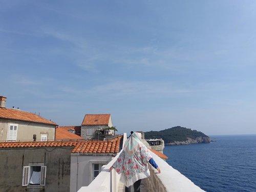 "Pertanyaan paling favorite pas summer ""kamu ga kepanasan kepalanya ditutup gitu?"" Jangan kesel senyumin aja ~ trs jawab ""ya panas 🙂"" tapi kan neraka lebih panas #saae #nih #terumbukarang . . . . . #tb #clozetteid #potd #temanberbagi #tgif #summer #dubrovnik #croatia #blue #throwback #beautifuldestinations #travel #travelblogger #backpackerlife #somewhereovertherainbow"