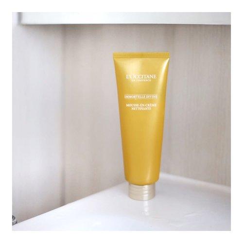Eits! Jangan pusing ama nama produk di packagingnya ya. Bahasa gampangnya, ini adalah Divine Foaming Cream.Cream in Foam. Pas kena air, langsung deh, tekstur cream ini berubah menjadi busa yang lembut banget. Makanya nyaman di kulit tapi juga bisa bersihin kotoran di muka. Plus ada si Immortelle essential oil yang bisa bikin muka lebih awet muda. Penasaran? Kl muka kamu kering, you can try this product. Harganya emank lumayan seh... Rp 650.000,- tapii.. yahh investasi wajah 😀😀 #loccitaneid #loccitane  #LYKEambassador#indobeautygram #beautybloggerid #beautybloggerindo #charisceleb#clozetteid #beautynesiamember #charisceleb #hicharis #beautifuljournal #getthelookid