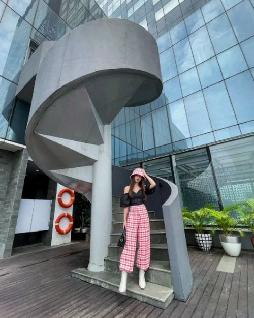 Hello you, yes you...  Yang pake celana merah  Trousers @byeol.thebrand  Sabrina top @bershka @mapfashion  Boots @zaloraid   #zalora #zaloraid #zaloragetthelook #stylefashion #styleinspiration #fashionstyle #fashionblogger #clozetteid