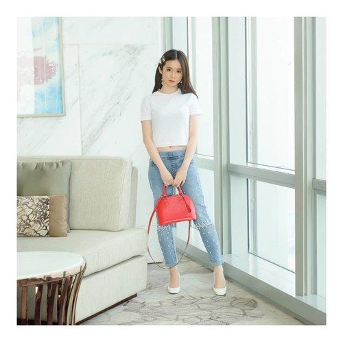"<div class=""photoCaption"">My Pearl Jeans by @hellolilo x @mmehuillet akhirnya sudah sampai!!! Ada cerita dikit tentang jeans ini... Hari ini adalah waktu me and Jojo. Finally bisa keluar di siang hari. Awalnya aku dah ready dengan dress putih... But, Koko Jojo request ""Boleh ga yang simple tapi chic gitu aja, dress putihnya ribet bgt, fluffy2, aku ga suka"". Akhirnya aku pakai celana ini, with white simple tshirt and RED bag.. And... KO JOJO suka banget! Sampe dia mau aja bantuin aku photo. Biasanya kannn... hemmm... ada juga aku diomelin.. Katanya ""Jeansnya simple tapi SESUATU, looks Cool and Pretty in the same time""<br /> <br />  <a class=""pink-url"" target=""_blank"" href=""http://m.clozette.co.id/search/query?term=ootd&siteseach=Submit"">#ootd</a>  <a class=""pink-url"" target=""_blank"" href=""http://m.clozette.co.id/search/query?term=outfitoftheday&siteseach=Submit"">#outfitoftheday</a>  <a class=""pink-url"" target=""_blank"" href=""http://m.clozette.co.id/search/query?term=instastyle&siteseach=Submit"">#instastyle</a>  <a class=""pink-url"" target=""_blank"" href=""http://m.clozette.co.id/search/query?term=stylefashiondaily&siteseach=Submit"">#stylefashiondaily</a>  <a class=""pink-url"" target=""_blank"" href=""http://m.clozette.co.id/search/query?term=fashionaddict&siteseach=Submit"">#fashionaddict</a>  <a class=""pink-url"" target=""_blank"" href=""http://m.clozette.co.id/search/query?term=bloggerstyle&siteseach=Submit"">#bloggerstyle</a>  <a class=""pink-url"" target=""_blank"" href=""http://m.clozette.co.id/search/query?term=ookbook&siteseach=Submit"">#ookbook</a>  <a class=""pink-url"" target=""_blank"" href=""http://m.clozette.co.id/search/query?term=lookbookindo&siteseach=Submit"">#lookbookindo</a>  <a class=""pink-url"" target=""_blank"" href=""http://m.clozette.co.id/search/query?term=ootdindo&siteseach=Submit"">#ootdindo</a>  <a class=""pink-url"" target=""_blank"" href=""http://m.clozette.co.id/search/query?term=ootdmagazine&siteseach=Submit"">#ootdmagazine</a>  <a class=""pink-url"" target=""_blank"" href=""h"