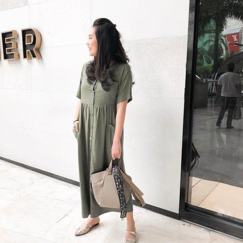 A loose-fitting, awkward-length dress with front buttons and reasonably-sized pockets: I'm sold.  #clozetteid #ootd #breastfeedingfriendly #busui #momlife #mamabutmakeitfashion #styleblogger #stylediary #jakarta #lookbookindo