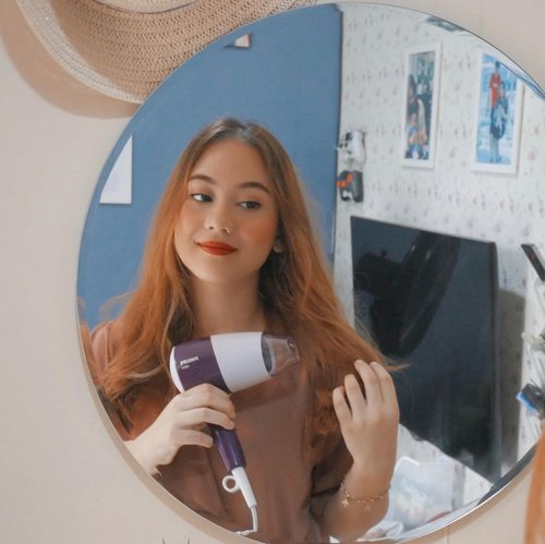 Seringnya mewarnai rambut membuat rambutku jadi super kering dan pecah-pecah 😢, that's why aku lebih prefer cari hairdryer yg gak terlalu panas kaya Hairdryer Philips HP8126 dari @philips.beauty.id hair dryer ini punya teknologi ThermoProtect yang bisa melindungi rambut dari overheating, suka banget sama hairdryer ini soalnya selain bisa mengeringkan rambut lebih cepat dan membuat rambut terasa lebih lembut. hair dryer ini bentuknya juga compact, bisa dilipat jadi travelling friendly banget 🥳#morestylelessdamage #clozetteid