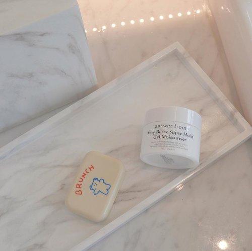 Suka banget pakai moisturizer yg teksturnya gel kaya @answerfrom_official Very Berry Super Moist Gel Moisturizer ini. Natural, Vegan, dan cruelty-free. Skincare ini bagus banget buat kulit yang sensitive. ..𝐖𝐡𝐚𝐭 𝐚𝐧𝐝 𝐰𝐡𝐨 𝐦𝐢𝐠𝐡𝐭 𝐥𝐢𝐤𝐞 𝐢𝐭? 😍 🖤 Kamu yg butuh moisturizer dengan efek pelembab yang maksimal, karena gel ini mengandung betaine dan hyaluronic acid.🖤 exfoliating care ✅ mengandung AHA ingredients (lactic acid dan clycolic acid)🖤 Mengandung natural ingredients seperti aloe vera extract, mushroom extract, Greentea extract, dan soybean extract.🖤 teksturnya seperti jelly. saat diaplikasiin di wajah ringan, cepat menyerap dan melembabkan kulit. 🖤 tidak mengandung pewarna, warna hitamnya ini terbuat dari bahan alami dengan charcoal powder dan black food extract... 🔆 Rating 8.5/10 . 𝐖𝐡𝐞𝐫𝐞 𝐭𝐨 𝐛𝐮𝐲 ?Very Berry Super Moist Gel Moisturizerhttp://hicharis.net/windanasari/1tkQ(TAP LINK ON MY BIO 💖)#CHARIS #answerfrom #VeryBerrySuperMoistGelMoisturizer @hicharis_official @charis_celeb #clozetteid