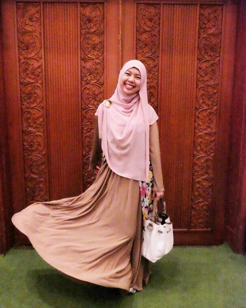 Assalamualaikum, start your day with Bismillah and smile 😘😉😍 share your loved to everyone but keep your heart for only one 😳😬..Taken by @lisna_dwi #lisnamotret #clozetteid #clozette #gayagie #throwback #ifw2017 #hijabblogger #hijabstyle #indijfriends #lifestyleblogger #lifeisnevaflat #lovelife #hijabstyle #hotd #ootd #hotdindonesia #modestwear #modest #dustyrose #gamis #abaya #indonesianblogger