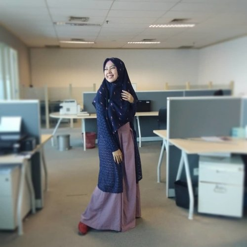 Kadang tanpa sadar kita terlalu memaksa sehingga lupa berehat. .....Sebentar lagi 17 Agustus, jangan lupa upacara!!! #clozetteid #gayagie #casualstyle #modestfashion #officeinspiration #hijabinspiration #hotd #ootd #hnm #amazarasquad #carolredloafer #loafer #redshoes #midnightblue #purple