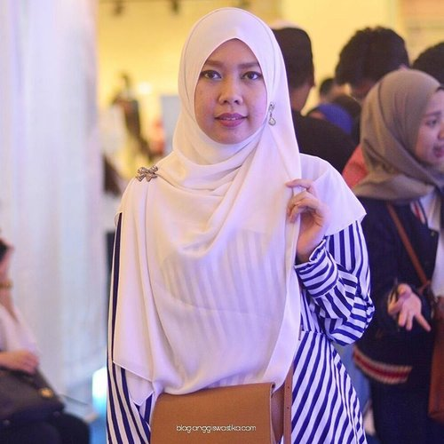 I need you to come here and find me, because without you I'm totally lost ~ Pooh . . . 📷 @lisna_dwi #gayagie #clozetteid #clozette #lisnamotret #lisnanikon #white #kode #disneywords #lifestyleblogger #lifeisnevaflat #hijabblogger #hijabstyle #hijaboftheday #royalblue