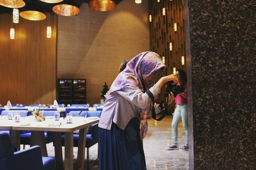 Get the moment and make it yours....Candid by @alvisyukrina27 #gayagie #clozetteid #hijabtraveller #hijabstyle #lifestyleblogger #candid #mercure #grandmercure