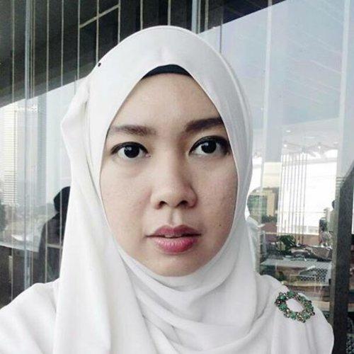 Penasaran sama #liptint dan #pomadecrayon dari @maybelline jangan lupa baca review nya di blog.anggiswastika.com ya 😉😎😍 . . . #clozetteid #hijabstyle #hijablook #makeupgie #makeup #maybelline #review #beautyblogger #bloggerlife #lifestyleblogger