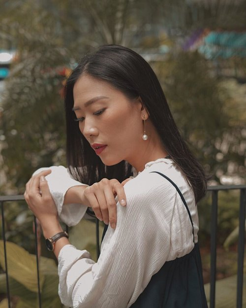 """corner! Have you prepared to your loved ones?  daisy earrings from @lacheriejewellery always appropriate to accompany your day, such a nice idea to wear it in special occasion ✨ — btw, valentine's day is just around the corner! they just launched 'hearts bracelet' only for this val-days. enjoy 14% off without minimum purchase by using my code """"JANE14"""" (valid until 15th February) #LoveIsLaCherie #LaCherieJewellery #LaCherieForYou"""