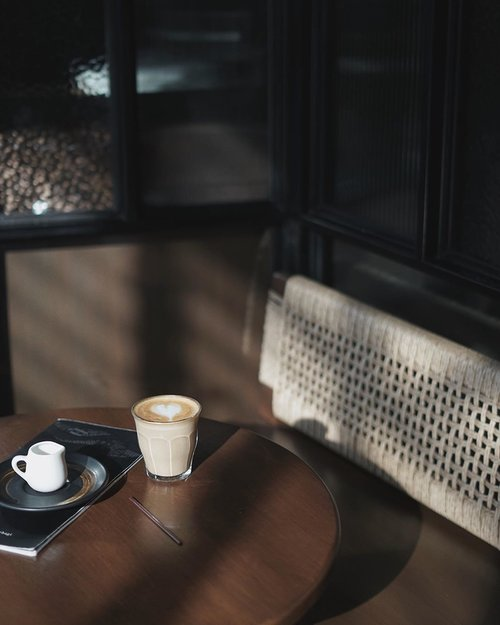 ga tau sejak kapan mulai kecanduan kopi, awalnya sih gara2 suka hunting foto di #coffeeshop dan emang pesen kopi, lama2 kebiasaan, jadi sekarang setiap hari cari kopi terus, tapi ya tetep sehari 1 gelas cukup, jangan lebay minum nya 🤗📍 @firstcrck
