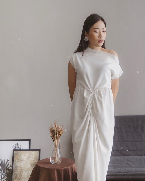 "<div class=""photoCaption"">beautiful in white 〰️ @rheicollection</div>"