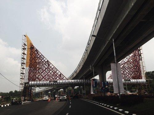 Gerbang Bandara Sultan Mahmud Badaruddin (SMB) II dengan bentuk Topi Tanjak khas Palembang. Tak hanya di area luar, kalau memasuki Bandara SMB II akan banyak kekhasan Palembang yang terpampang nyata, seperti songket dan lemari ukir khas Palembang. ..#JalanNyun #palembangairport