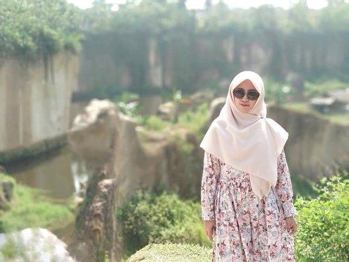 Ada kaki yang bergetar 😰 •••#tebingkoja #kandanggodzilla #tangerang #tebingkojakandanggozila #wonderfullindonesia #clozetteid #clozette