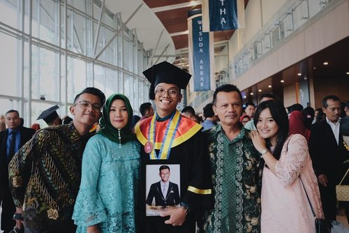 - f u l l  t e a m - . #vsco #vscocam #graduation #family #sibling #brother #love #instagood #instadaily #indonesiaconventionexhibition #stan #sekolahtinggiakuntansinegara #photooftheday #potrait #bestmoment #clozette #clozetteid #bsd #jakarta #indonesia #tangerang