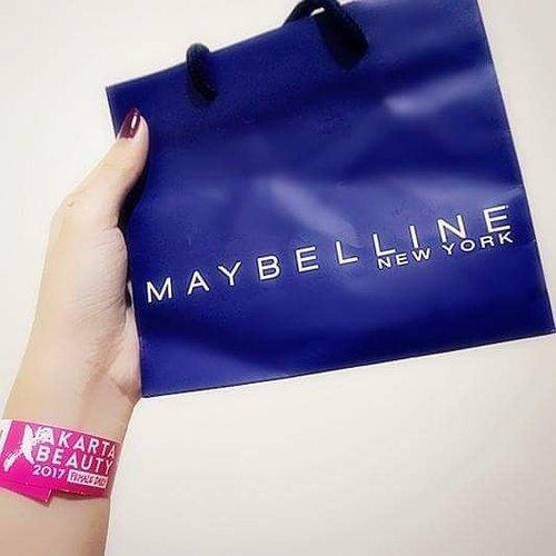 Berani tampil beda?? Biasanya makeup natural aja, biar keliatan lebih muda hehe. Tapi sekarang mau cobain yang lebih kelihatan dewasa pakai paket komplit dari MAYBELLINE ^^ Cek makeup tutorial beserta before after nya di blogku yaa ... http://www.angelkawai.com/2017/06/maybelline-make-it-bold-makeup-tutorial.html  #maybelline #jakartaxbeauty2017 #makeup #starclozette #clozetteid #beautyblogger #indonesianbeautyblogger #beauty #blogger #goodies #thankyou #event #senayancity #lipstick #eyeshadow #makeitbold #blog #beforeafter #bold #tutorial #makeuptutorial #review