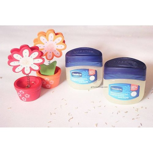 Product multifungsi ini sudah up di blog saya, www.girlsweethings.com 😉#vaseline #vaselinepetroleumjelly #clozetteID #blogger #beautybloggers
