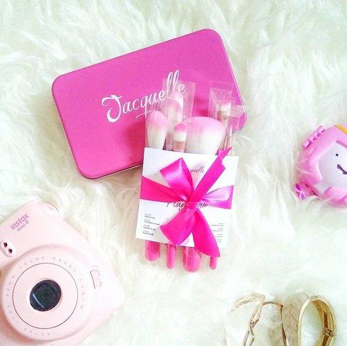 Walaupun saya bukan penggemar warna pink, tapi siapa juga yang bisa nolak brush pink cantik dari  @jacquelle_official ini!! Bikin sayang mau makenya ga sih?? 😍😍 . Flamingo 8 Essential Brushes, selain cantik, bulunya lembut, brush ini juga travel friendly 👌❤ . . . #clozetteid #starclozetter #girlsweethings #flatlay #pinkflatlay #beautyblogger #bloggerindonesia #brushes #pink #bloggerceria #ibb