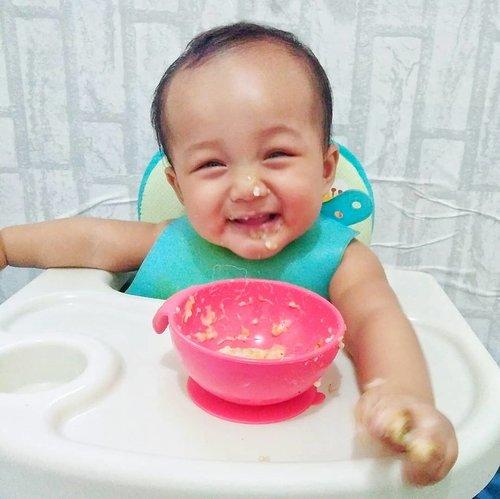 #bayikRyzliandra paling semangat kalau waktunya makan, selain karena laper, tentu saja karena masakan Ibunya yang luar biasa enak! (Ngarang 😒).Dan saya pun paling semangat kalau menggunakan peralatan makan yg bagus untuk si bayik! Gemes aja rasanya hehehe. In frame saya menggunakan @nubyindo Mash n' Feed (biru) dan Nuby Sure Grip Suction Bowl (merah) 👶🍲 Full review www.girlsweethings.com ✨...#nubyindonesia #kbbvmember #kbbvxmothercare #sudocremindonesia #clevamama #Clozetteid #girlsweethingsbaby #sponsored