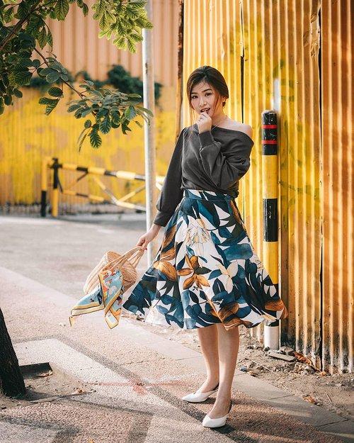 Ohh hello summer prints 👋 Banyak yg salfok sama skirt yg aku pake ke event kemarin, soooo it's from @jesse.loelianto SS18 collection!! Love the color combo and im in love instantly! Thankyoouuuu jesss @jessicaloelianto 🍁🍂 Perfect timing shots by @kathlakz 🐴
