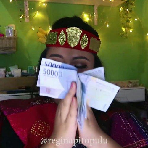 Horas! 🧠 .Tari Tor Tor : Tarian dari Batak Toba yang berasal dari Sumatera Utara.Tarian ini dulunya merupakan sebuah ritual acara sepertu upacara kematian, kesembuhan dan lain sebagainya. Sekarang ini tari tor tor juga di tampilkan dalam acara2 kebudayaan, acara penyambutan pengantin dan acara hiburan lainnya. .Begitu kaa google guys hahahha...Kali ini aku mau bocorin makeup @niephi.project kalau langi nge job! Gampang aja mah yg penting gincu menter ! 💋......#reginapittutorial#reginapitcom #sbyglamsquad#bvlogger #bvloggerid #indobeautygram #Clozetteid  #indonesiababe #bunnyneedsmakeup #sbybeautyblogger  #beautiesquad #IVGBeauty #indovidgram #indovlogger #setterspace #kbbvfeatured #beautybloggerindonesia