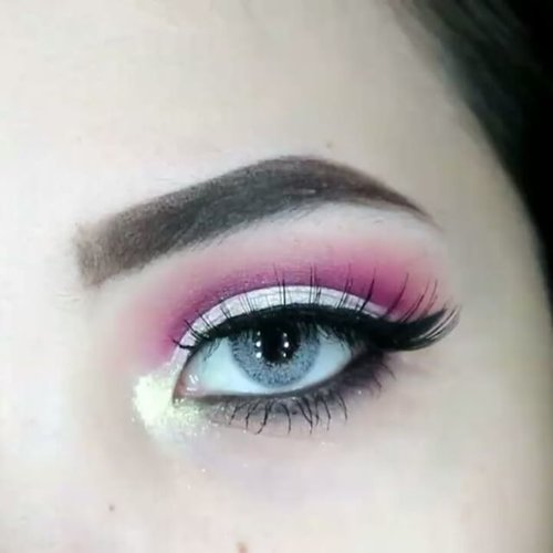 Half Cut Crease Tut (All drugstore products) . ▫@sleekmakeup Vintage Romance Propose in Prage for transition shade, Honeymoon in Hollywood on the crease, Pretty in Paris on entire lid ▫@lacolorscosmetics eye pigment Blink (Both items above can be bought at @ivabeaute ) ▫@lorealmakeup inffaliable gel liner . . . . #clozetteid #beautybloggerindonesia #eyeshot #beautygram #makeupblogger #eyetutorial #indobeautygram #ivgbeauty #makeupvideo #eyemakeuptutorial #ivgbeauty #makeupvideotutorial #eyeshadowtutorial #eotd #beautyblogger  #instabeauty #makeupmafia #beautygram #instamakeup #undiscovered_muas #cutcreasetutorial .