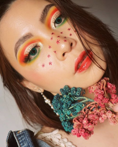 SPRING HAS SPRUNG🌻🌻🌻🌻🌻.Deets @benefitindonesia precisely my brow pencil@juviasplace afrique palette@anastasiabeverlyhills prism palette@getthelookid @lorealmakeup 24H Fresh Wear@beautycreations.cosmetics face palette flower bloom@nyxcosmetics_indonesia Vivid Brights Fire .💄 @nyxcosmetics_indonesia spicy (smudged a little) then top it off with @mineralbotanica lip glazed Antila &.Brushes using the 100% cruelty free @sigmabeauty F40 for contour , F03 for highlight, and E25 blending. (Also 2 years warranty)#sigmaspringbreak19.#fakeupfix #makeupforbarbies2 #anatasiabeverlyhills #peachyqueenblog #abhbrows #bretmanvanity #nyxcosmetics_indonesia #amrezyshoutouts  #beautygram#juviasplace #undiscovered_muas #morphebabe #slave2beauty #wakeupandmakeup #makeupobsession #fiercesociety #bunnyneedsmakeup #hypnaughtymakeup #makeupinspiration #clozetteid #beautybay