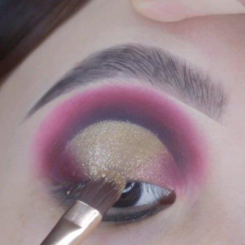 Halo eye x cut crease ••• . . Deets Brows @essau.beaute black @morphebrushes 25L 🍇🍇🍇 . . .  #beautygoersid #instamakeup  #makeuptutorial  #beautyenthusiast  #100daymakeupchallenge #makeupfeed #unleashyourinnerartist #creativemakeup  #makeuptutorial @setterspace @tampilcantik  @cchanel_beauty_id @tips_kecantikan  @popbela_com  #makeuplooks #wakeupandmakeup #clozzeteid #sigmabrush #clozetteid #slave2beauty #wake2slay #eyeshadowtutorial  #amrezyshoutouts #undiscovered_muas #inssta_makeup #makeupaddict #featuremuas #morphebabe #beautyunderyourinfluencer