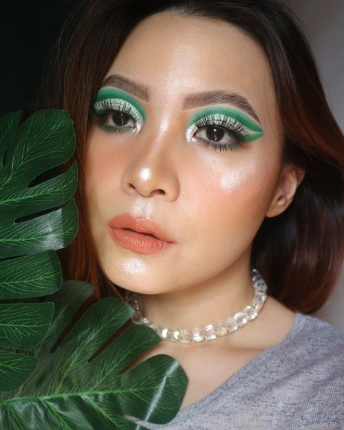 Intermezzo sebelum sunscreen part II 🤣⁣ ⁣ -Aku dan Monstera Palsu- ⁣ ⁣ Deets⁣⁣ CUSHION 👉🏼 @somethincofficial @beautyhaulindo copy paste cushion Bijoux⁣⁣⁣⁣ BLUSH & LIP👉🏼 @madebyruna MoonFlush in Lyra & Lip color in Swipe Right ⁣⁣⁣⁣ EYESHADOW👉🏼 @colourpopcosmetics mint to be & @juviasplace Afrique⁣⁣⁣⁣ HIGHLIGHTER👉🏼 @makeoverid @makeover_surabaya Powerstay highlighter⁣⁣⁣⁣ Falsies👉🏼 @joellybeauty⁣⁣⁣⁣ ⁣⁣⁣Necklace 👉🏼 @saka.btari ⁣ ⁣Eyelook inspo @papayabou 💕 ⁣ ⁣ ⁣ ⁣ ⁣ ⁣⁣ ⁣#beautygoersid #instamakeup  #makeuptutorial  #beautyenthusiast  #100daymakeupchallenge⁣ #makeupfeed #unleashyourinnerartist #creativemakeup  #makeuptutorial @setterspace @tampilcantik  @cchanel_beauty_id @tips_kecantikan  @popbela_com⁣  #makeuplooks #wakeupandmakeup #clozzeteid #sigmabrush #clozetteid #slave2beauty #wake2slay #eyeshadowtutorial  #amrezyshoutouts #undiscovered_muas #inssta_makeup #makeupaddict #featuremuas #morphebabe #beautyunderyourinfluencer ⁣