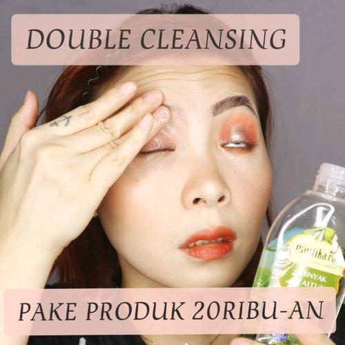 YOK BERSIHIN MUKA GA PERLU MAHAL-MAHAL YANG PENTING NIAT ✨✨ ____ Semua produk yang saya pakai lokal semua dan harganya rata-rata 22ribu sampe 25ribuan aja. __ @mustikaratuind Olive Oil untuk hapus eye makeup. Ini ampuh juga buat bersihin produk waterproof, sudah 3 tahun belakangan saya ga perna beli eye remover 👌 _ @wardahbeauty Lightening Milk Cleanser. Tekstur nya enakkk gak lengket dan pekat, jadi mudah diratakan. Wanginya soft & formulanya lembut pool . Ga keitung suda repurchase brp botol, sebelum kehebringan cleansing oil muncul di permukaan ini favorit bgt. _ @herboristnaturalcare Olive Oil Facial Foam. Awalnya saya kira busanya bakalan banyaaak banget eh ternyata enggak 👌 ____ . . #beautygoersid #instamakeup  #makeuptutorial  #beautyenthusiast  #100daymakeupchallenge #makeupfeed #unleashyourinnerartist #creativemakeup  #makeuptutorial @setterspace @tampilcantik  @cchanel_beauty_id @tips_kecantikan  @popbela_com  #makeuplooks #wakeupandmakeup #clozzeteid #sigmabrush #clozetteid #slave2beauty #wake2slay #eyeshadowtutorial  #amrezyshoutouts #undiscovered_muas #inssta_makeup #makeupaddict #featuremuas #morphebabe #beautyunderyourinfluencer