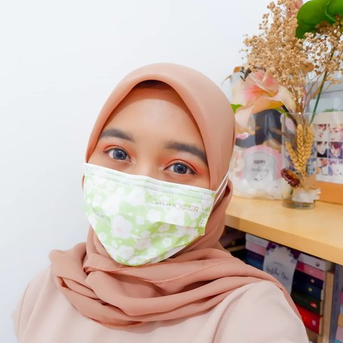 In New Normal, mask is one of important essentials😷. Kemarin kondangan pakai masker dan dengam bodohnya lupa pakai maskara bahkan lupa jepit bulu mata😫 padahal yang keliatan kan matanya aja😓. Untung pakai softlens jadi mata lumayan 'hidup' lah👀   So here's the makeup detail :  @x2softlens Sanso Onyx @catrice.cosmetics Prime and Shine Poreless Blur Primer & Blush Box 040 Berry @makeoverid Power Stay Demi Matte Power Cushion W42 Warm Sand @maybelline_indonesia Fit Me Concealer 30 Honey @dearmebeauty Airy Poreless Powder Natural @thesaemid Saemmul Eyebrow Pencil Grey Brown @beautyglazed Color Board Eye Shadow Tray @wardahbeauty Instaperfect Eyeliner @naturerepublic.id Flower Blusher 02 Orange Pear @makeoverid Riche Glow Highlighter . . #clozetteid #makeuplook #makeuptutorial #makeupkpop #makeupkondangan #kondanganmakeup #makeup #makeupenthusiast #makeupjunkie #블로거 #얼짱 #뷰티블로거 #ブロガー#美容ブロガー #kawaii #かわいい #hunnyeo #훈녀