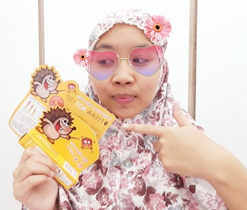 This cutie hedgehog @dr_tisha AC7 has magical touch. When acnes show on ur face in night, they works for reduce the pain and deflate the pimples. Btw if you want to apply this you have to wear a finger gloves, its already include inside the package. Btw, they have 3 different pacakging : . 1. Pouch 2. Tube 3. Syringe . If you wanna try this acne serum go to https://hicharis.net/kartikaryani/9iL or simply click link on my bio😉. . . #ac7@ charis_celeb @hicahris_official #review #hicharis #charisceleb #chariskbeauty . #clozetteid #beautygoersID #makeup #skincare #makeupenthusiast #makeupjunkie #skincare #acneserum #acne #pimple #pimpleserun #beautybloggerindonesia #블로거 #얼짱 #뷰티블로거 #ブロガー#美容ブロガー #kawaii #かわいい #hunnyeo #훈녀