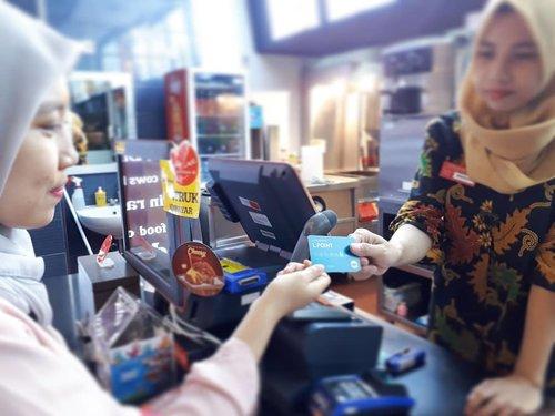 Dari kemarin ngomongin ke-bm-an burger yang akhirnya keturutan di @lotteriaindonesia. Nah, pas aku kesana kebetulan pas jam pulang kantor dan Lotterianya udah mau tutup kayaknya, tapi mba mbanya masih ramah banget ngelayanin pelanggannya. Oh iya pelayanannya juga bagus, kasirnya juga informatif soal pilihan metode pembayaran. Jadi, kalau belanja atau pesan makanan di gerai Lotte, including Lotteria, kita bisa pakai uang cash yang nantinya akan diakumulasikan jadi point di Lpoint atau langsung pakai Lpoint yg kita punya, praktis kan?😉 . . Nah, buat kalian yg suka diskon, Lotte punya Lpoint. Kartu pengganti uang casg dan punya Lpoint bisa dapet cashback 0,5% dan diskon 10% juga. Best deal right?😉😉. . #lotteria #lpoint #lotte #promolotte  #clozetteid #beautygoersid #beautiesquad #bloggerperempuan #beautynesiamember #lifestyleblogger #lifestyle #travelblogger #foodblogger #foodies #burger #foodgram #블로거#얼짱#라이프 #스타일 #블로거#ライフスタイルブロガー#ブロガー #かわいい#旅行#旅行ブロガー#여행#여행자#여행스타그램 #hunnyeo #훈녀