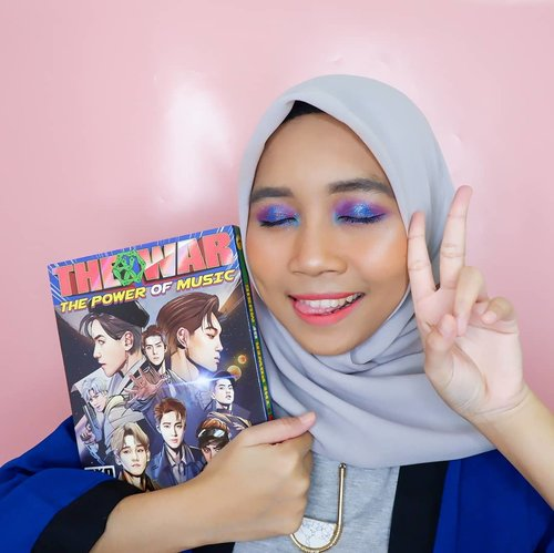 Mencegah pada kaget jadi foto pertama merem aja😄. Episode #makeuplikekpopalbum kali ini @weareone.exo The Power of Music Album, jadi karena konsep albumnya kayak luar angkada jadi makeupnya warna warna galaxy gitu, biru, ungu dan ada sedikit hijaunya🌌. . So here's the makeup detail :  @x2softlens EXOticon Glam Tourmaline @catrice.cosmetics The Nude Blossom Pallete & Prime and Shine Poreless Blur Primer @maybelline_indonesia Fit Me Foundation 220 & Concealer @riveracosmetics Luminious Micro Powder @thesaemid Saemmul Eyebrow Pencil Grey Brown @mizzucosmetocs Eye Base Essentials @beautyglazed Color Board Eye Shadow Tray @pixycosmetics Lash Fantasy Mascara @wardahbeauty Instaperfect Eyeliner @naturerepublic.id Flower Blusher 02 Orange Pear @makeoverid Riche Glow Highlighter @sulamitcosmetics Matte Finish Lippaint 15 Stay Bright @romand_indonesia Lip Driver Don't Stop & Overrev . . #clozetteid #makeuplook #makeuptutorial #makeupkpop #summermakeup #makeup #makeupenthusiast #makeupjunkie #블로거 #얼짱 #뷰티블로거 #ブロガー#美容ブロガー #kawaii #かわいい #hunnyeo #훈녀