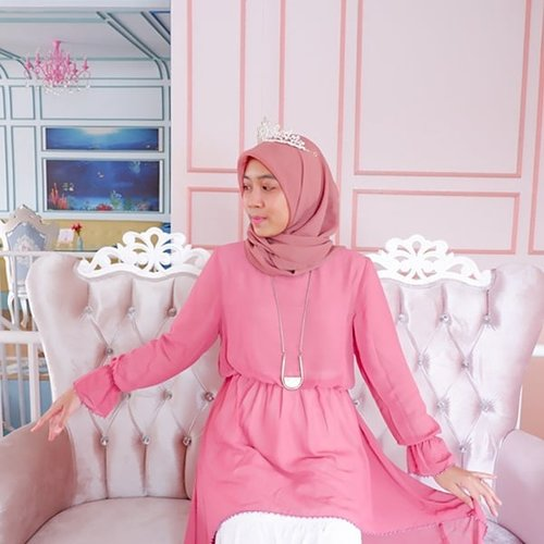 Feeling so princess👑 beautiful Syalom Pearl Dress👚 in Pink and Varla Skirt in White👗❤..Outfit hijab yang nyaman dan tetap terlihat cantik. Gak cuma terlihat cantik tapi kualitas juga bagus. Detail outfit bisa baca di blog aku, link di profile ya❤😊...#WearAprilia #FriendsofAprilia #ClozetteIDReview #ClozetteID