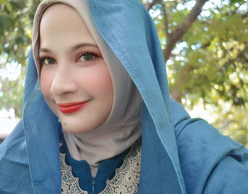Ketimbang pusing mikirin caption, mending dibawa senyum aja deh 🤣 Oh hi! Internet! Lipstick by @maybelline...#selfie #beauty #beautyguru #love #clozetteid #hijab #hohoho #smile