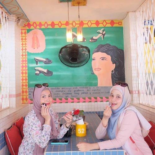 Saat duo beauty blogger meet up setelah sekian tahun lamanya kaga bertemu 🤣 Thank youuuu so muachh udah nyulik aku @aulliasha 😘😘✨ anyway we both single and AWESOME!! Udah lama kenal @aulliasha dari awal2 ngeblog tahun 2012an, sempet meet up th 2014an an gak nyangka sekarang bisa ketemu jalan2 lagi, next kita bbq ya uul 😂😂🥩🥩🥩...#hijab #clozetteid #selfie #loveyourself #friends #friendship #beauty #Bali