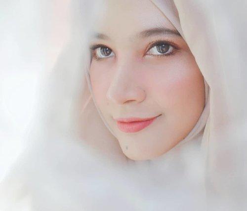 Marhaban Ya Ramadhan 💖 bulan Ramadhan sudah tiba yay selamat berpuasa bagi kita semua yang merayakan 🌝🌜 Alhamdulillah bersyukur banget masih bisa bertemu dengan Ramadhan di tahun ini, ditengah wabah begini jangan lupa menjaga kesehatan dan minum vitamin 😃 btw sekarang lagi pada ngapain ni? udah punya rencana buat menu buka puasa apa aja ?*me searching resep di yutub wkkwkw...#ramadhan #ramadhantiba #dirumahaja #quarantine #selfcare #selfie #selflove #love #clozetteid #maybelline #hudabeauty #makeup #hijab #hijabi