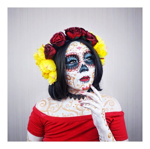 """Have you guys seen this last year? This was my halloween look, la muerte from the book of life.. it was first time in errthang, face paint, editing, no background, i had to move down stair where i can have black background so it's more """"halloween-y""""  Anyway i'm still diggin what to make this year.. 🤔🤔🤔 @indobeautygram #indobeautygram #indobeautyvlogger #indobeautyinfluencer #instabeauty #beautynesiamember #femaledailynetwork #clozetteid #dailygirlsfeed #universomakeup #wakeupandmakeup #universodamaquiagem_oficial #undiscovered_muas #bretmansvanity #featured_my_makeup_art #makeuplover #makeupenthusiast #beautyenthusiast  #wakeupandmakeup #instamakeup #instadaily #halloweenmakeup #halloweeninspiration #lamuerte #sugarskull #thebookoflife"""