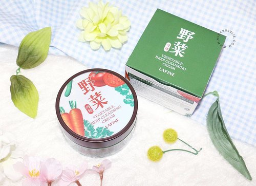 We all know that vegetables are good for our health, but what about for our skin?Lavine Vegetable Deep Cleansing Cream is made from vegetables such as parsley, carrot, cucumber, tomato and water parsleyRead more:miharujulie.com#clozetteid #BNTNews #korean #cleansingcream #review #blogger