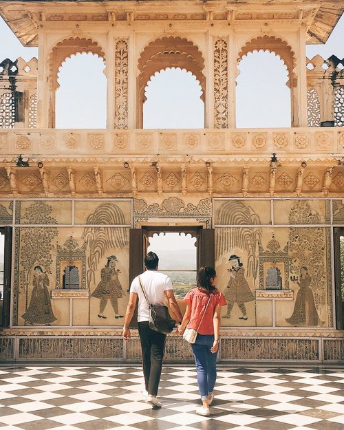 Jangan bersedih bila malam minggu ini kamu masih single wahai Netizen ☠️. . . Suatu siang di Udaipur nengok couple ini yang sepanjang menyusuri City Palace selalu berpegangan tangan 🤝. #couplesgoals #couplegoals  #udaipur #travelblogger #digitalnomad #like4like #likeforlike #likeforfollow #likeforfollows #travel #beautiful #travelbloggerindonesia #welovetravel #sheisnotlost #beautifuldestination #nomadgirls #glt #girlslovetravel #clozetteid #india #AstariAtUdaipur