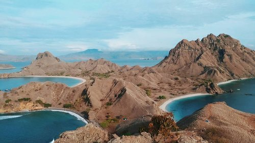 Padar Island, Labuan Bajo, Indonesia 🇲🇨. . I know i'm not a morning person. But this is the reason why i wake up so early. Padar Island ❤️❤️. . Sekitar jam 4.30 WITA, mulai trekking, kurang lebih 15 - 29 menit lah untuk sampe keatas. Make sure kalian sudah istirahat yang cukup ya biar trekkingnya semangath 🤣. . Oh ya sekarang sudah ada tangga untuk menuju puncak padar. Belum rampung semuanya sih. Tapi lumayan ngebantu wisatawan untuk menuju keatas. Dan bisa dibilang lebih safety juga. . #flores #padarisland #travelblogger #beborneotour #digitalnomad #like4like #likeforlike #likeforfollow #likeforfollows #travel #akupapua #indonesia #beautiful #beautifuldestination #wonderfulindonesia #pesonaindonesia #nomadgirls #glt #girlslovetravel #clozetteid  #labuanbajotrip