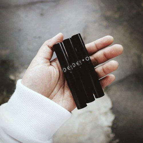 Lipstick favorit aku buat sekarang ini! Sebenarnya ada 12 warna. Tapi yang ngena di hati cuma 3 warna. Yang kepo warnanya bisa langsung ke blog aku yah!👌 .#ClozetteID #Rhialitage #Blogger #BloggerIndonesia #MatteLipstick