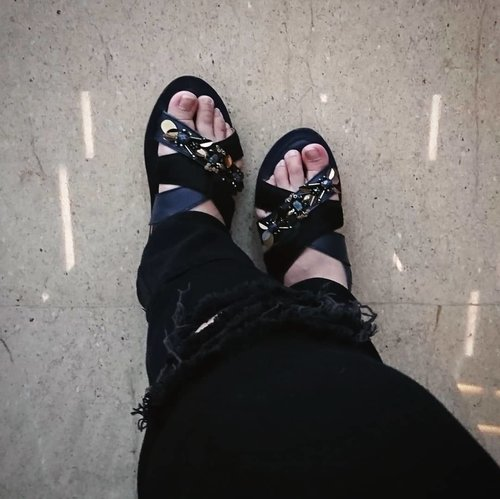 It will be another long weekend. It's ripped jeans and pretty sandal kind of day. Whose mind also confused with these holiday schedule? Because I am. I should have taken that day off. Hufft 🙄 #DinsFlair on the verge of long weekend, topped with a little #shoefie . . . . . . . . . . #TeamPVRA #Clozette #ClozetteID  #WIWT #whatiwore #curvygirl #FashionBlogger #InstaFashion #AboutALook #Lookbook #XperiaXZ #WowofNow #ipreview @preview.app #aColorStory