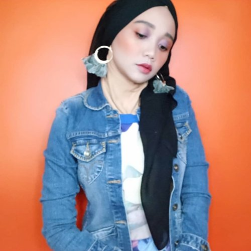 Pipi gw sama background udah sama belom? 🤣 . . #simplycovered #hijabstyle_lookbook #hijabfab #hijabwear #chichijab #hijabdaily #makeupuntukhijab #hijabmakeup #muahijab #setterspace @setterspace @clozetteid #clozetteid #beautychannelid @beautychannel.id @beautybloggerindonesia #beautybloggerindonesia @tampilcantik.ind #tampilcantik