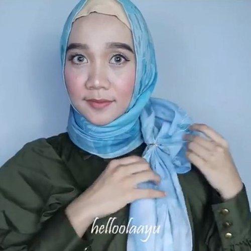 "Aku lebih suka hijab yang simple dan ga terlalu rumbai2 gitu loh. Nah ini ada 2 tutorial hijab yang gampang banget untuk diikutin. Hijab ini walau simple tapi bisa bikin look kalian terlihat beda banget and brings your outfit to the next level #azeek 😂😂Press play and enjoy #tutorialhijabsegiempat part 1 ini 😘 #ramadanseries hijab ""Malia"" by @shopatbanananina .@clozetteid #clozetteid @tampilcantik #tampilcantik"